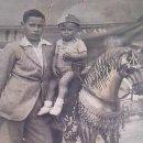 Fotografía antigua: FOTOGRAFÍA DE LOS AÑOS 20 DE DOS NIÑOS POSANDO CON UN CABALLO DE RUEDAS.. Lote 33323347