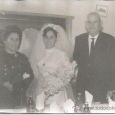 Fotografía antigua: ** AG115 - FOTOGRAFIA - NOVIA CON FAMILIARES - 18 X 12 CM.. Lote 34592796