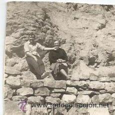Fotografía antigua: ** C433 - FOTOGRAFIA - SEÑORA CON CHICO JOVEN ENTRE ROCAS. Lote 34703525