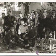 Fotografía antigua: ** PG240 - FOTOGRAFIA - GRUPO DE AMIGOS TOMANDO COPAS - 1969 - 18 X 12 CM.. Lote 34759786