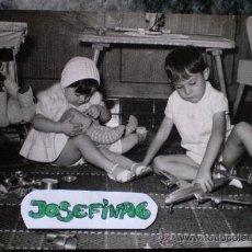 Fotografía antigua: FOTO NIÑOS CON JUGUETES, ESPAÑOLA AÑOS 60. Lote 34979197