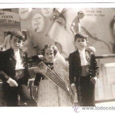 Fotografía antigua: TRES FALLEROS INFANTILES ANTE UNA FALLA. Lote 35367681