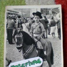 Fotografía antigua: FOTO NIÑO CON CABALLO DE JUGUETE, FERIA AÑOS 60. Lote 35952601