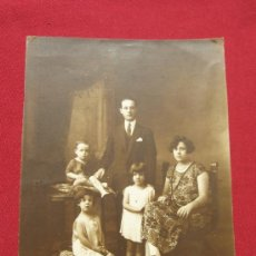 Fotografía antigua: FOTOGRAFIA ANTIGUA DE 17X23 CM - RETRATO DE FAMILIA . Lote 35985074