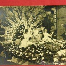 Fotografía antigua: CARROZA REINA Y DAMAS HONOR FIESTAS SAN SEBASTIÁN 1961 CALLE DE HERNANI FOTO APARICIO 23X30CMS. Lote 36144878