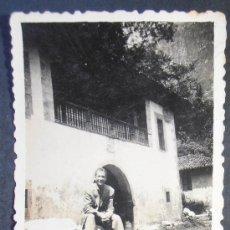 Fotografía antigua: FOTOGRAFIA 8X5 CM APROX, PAISAJE VIRGEN DE COVADONGA, ASTURIAS 1943, (667) . Lote 36228288