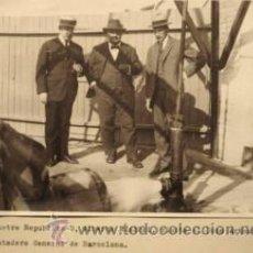 Fotografía antigua: FOTOGRAFIA VISITA DE RUSIÑOL AL POZO ARTESIANO DEL MATADERO GENERAL DE BARCELONA. CA. 1910. Lote 36299930