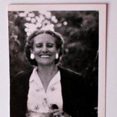 Fotografía antigua: FOTOGRAFÍA ANTIGUA DE LA PINTORA MARÍA REVENGA, FIRMADA . Lote 36816866