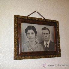 Fotografía antigua: **ANTIGUO CUADRO CON ¿--FOTO-DIBUJO--? DE UN MATRIMONIO EL MARCO ES PRECIOSO.(31 X 25 CM). Lote 37466677