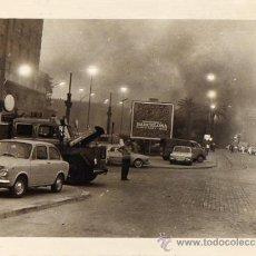 Fotografía antigua: FOTOGRAFIA COCHES BOMBEROS BARCELONA AÑOS 50 INCENDIO PLAZA ESPAÑA?? - 24CM X 17,5CM. Lote 37617795