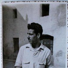 Fotografía antigua: FOTOGRAFÍA RETRATO DEL PINTOR DE VILANOVA I LA GELTRÚ, SALVADOR MASANA, FIRMADA Y DEDICADA! 1943 . Lote 37719390