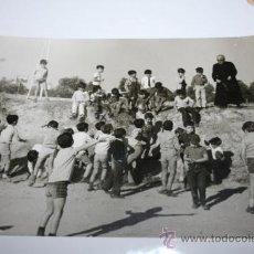 Fotografía antigua: FOTOGRAFIA GRUPO DE NIÑOS Y SACERDOTE. Lote 38629316