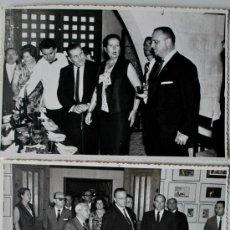 Fotografía antigua: 2 FOTOGRAFÍAS ORIGINALES DEL MINISTRO DE INFORMACION, MANUEL FRAGA IRIBARNE (BEBIENDO VINO) 1966 . Lote 39017705
