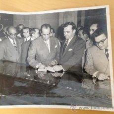 Fotografía antigua: EL ESCRITOR Y POLITICO ROMULO GALLEGO JUNTO CON LUTHER EVANS. FIRMA UNA PRIMERA EDICION. Lote 39037599