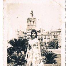 Fotografía antigua: MUJER FRENTE AL MIGUELETE. PLAZA DE ZARAGOZA. Lote 39211165