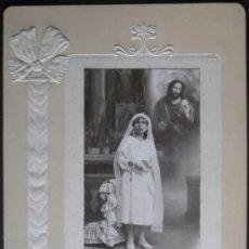 Fotografía antigua: (4015)FOTOGRAFIA 26X18 CM APROX,NIÑA DE COMUNION,CARTON CON RELIEVE,LLOPIS,VALENCIA,. Lote 39282482