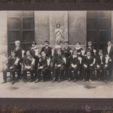 Fotografía antigua: BARCELONA. FOTOGRAFIA DE UN GRUPO DE ESCOLARES. FOT. J. ALONSO. 25X18 CM. CA. 1910. Lote 40665150