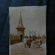 Fotografía antigua: FOTOGRAFÍA SEÑORAS POSANDO EN UN POZO AGOSTO 1929 11 X 7 CM. Lote 40902787