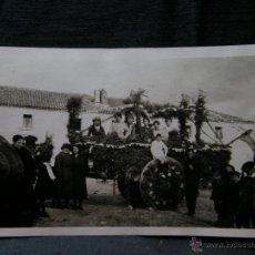 Fotografía antigua: FOTOGRAFÍA ROMERIA NIÑOS EN CARROZA SEÑORES POSANDO PRINCIPIOS SIGLO XX 11 X 7 CM. Lote 40903016