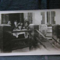 Fotografía antigua: FOTOGRAFÍA SEÑORAS MERENDANDO EN UNA TERRAZA SIN SELLO DE FOTÓGRAFO 11 X 7 CM PRINCIPIOS SIGLO XX. Lote 40903084