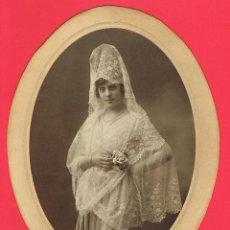 Fotografía antigua: FOTOGRAFIA SEÑORITA DE MANTILLA DE LA BURGUESIA. MIDE 17 X 12 C.M. VER FOTO. Lote 157135776