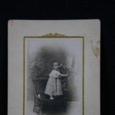 Fotografía antigua: FOTOGRAFÍA NIÑA BEBE CUBANA VESTIDO PUNTILLA SOBRE SILLA FOTÓGRAFO HISFLERA GALIANO HABANA CUBA. Lote 41092025