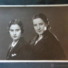 Fotografía antigua: FOTOGRAFÍA BLANCO Y NEGRO 2 MUJERES ABRIGO NEGRO DEDICADA FOTÓGRAFO AMER MADRID 15 DICIEMBRE 1932. Lote 41212193