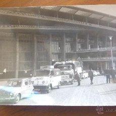 Fotografía antigua: FOTO CAMPO FUTBOL BARCELONA ? . CAMP NOU . COCHE 600 . BARÇA . PUBLICIDAD PEPSI COLA. Lote 41460824