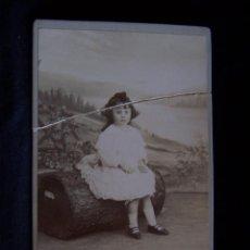 Fotografía antigua: FOTOGRAFÍA SOBRE CARTÓN SIN CIRCULAR BEBÉ SOBRE SILLA FOTÓGRAFO IDELMON E HIJOS ZAMORA-PALENCIA. Lote 41507905