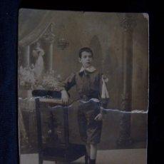 Fotografía antigua: FOTOGRAFÍA ANTIGUA SOBRE CARTÓN DE NIÑO DE 12 AÑOS APOYADO EN SILLA. Lote 41508067