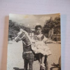 Fotografía antigua: FOTOGRAFIA NIÑA VESTIDA DE FLAMENCA - GITANA - MONTADA EN CABALLO DE JUGUETE CON RUEDAS - 10,7X7,5. Lote 42176144