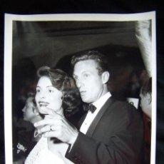 Fotografía antigua: FOTOGRAFÍA ASTÍSTICA FOTOGRAFÍA DE NAT DALLINGER 1957 HOLLYWOOD ROSEMARIE BOWE Y ROBERT STACK. Lote 42409708
