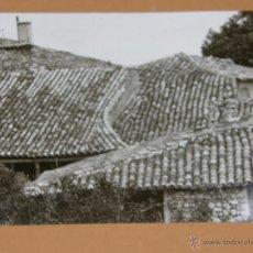 Fotografía antigua: FOTOGRAFÍA BLANCO Y NEGRO TEJADOS NORTE ESPAÑA COMPOSICIÓN TEJAS PASPARTU 23 X 15,5 CM. Lote 42847116