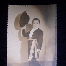 Fotografía antigua: NIÑO VESTIDO DE CORDOBÉS CON FAJA SALUDANDO LAMELA LA CORUÑA 1953. Lote 42867038