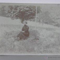 Fotografía antigua: FOTOGRAFÍA BLANCO Y NEGRO MUJER SENTADA EN UNA PRADERA VESTIDO NEGRO 12 X 9 CM . Lote 42936655