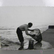 Fotografía antigua: FOTOGRAFÍA BLANCO Y NEGRO SEÑOR LIMPIANDO CESTA PESCA MARINERO MAR PUERTO 9 X 7 CM. Lote 42955359