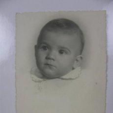 Fotografía antigua: FOTOGRAFÍA BLANCO Y NEGRO BEBE NIÑO FOTÓGRAFO MONTERA MADRID 1951 11,5 X9 CM. Lote 42955886