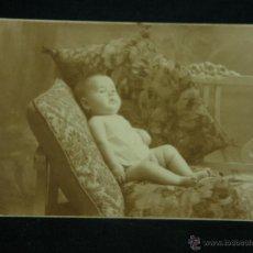 Fotografía antigua: FOTOGRAFÍA RETRATO BEBE NIÑA BANCO COJINES FOTÓGRAFO SANTONJA BARCELONA 27- 3- 1927 13,5 X 9 CM. Lote 43346196