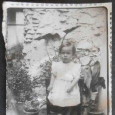 Fotografía antigua: (4315)FOTOGRAFIA 9X7 CM APROX,NIÑA POSANDO DE PIE EN UNA SILLA,. Lote 43527649