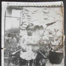 Fotografía antigua: (4317)FOTOGRAFIA 9X7 CM APROX,NIÑA POSANDO DE PIE EN UNA SILLA,. Lote 43527706