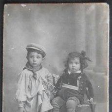 Fotografía antigua: (4659)FOTOGRAFIA 14X9 CM APROX,NIÑO Y NIÑA DE LABRADORES,DERREY,VALENCIA 1921,CARTON,. Lote 43577355