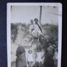 Fotografía antigua: ANTIGUA FOTOGRAFIA - EN LA FUENTE CON LA ABUELA Y LOS NIÑOS - . Lote 43598524