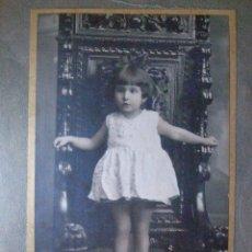Fotografía antigua: ANTIGUA FOTOGRAFÍA- NIÑA DE PIE EN SILLA SEÑORIAL DE MADERA - . Lote 43598581