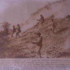 Fotografía antigua: FOTOGRAFÍA ORIGINAL AGENCIA EUROPA PRESS - LOS SOLDADOS INDIOS AL ATAQUE - 1971. Lote 44015651