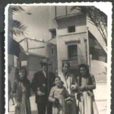 Fotografía antigua: FAMILIA EN 1954. Lote 44315340