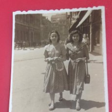 Fotografía antigua: MUJERES PASEANDO POR EL CENTRO DE GIJÓN FOTO BUSTO 1948. Lote 44383928