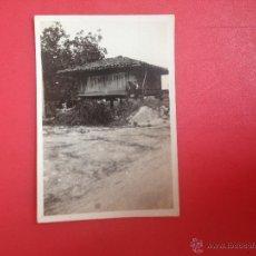 Fotografía antigua: POSANDO EN HORRIO ASTURIANO. Lote 44384200