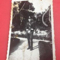Fotografía antigua: UNIFORMADO POSANDO EN EL PARQUE DE GIJÓN. Lote 44384314