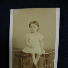 Fotografía antigua: FOTOGRAFÍA RETRATO NIÑA VESTIDO BLANCO FOTÓGRAFO LE JEUNE L JOLIOT SUCE PARÍS FRANCIA 1883 9X6CM. Lote 44710252