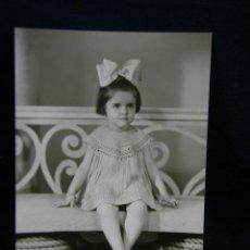 Fotografía antigua: FOTOGRAFÍA RETRATO NIÑA DEDICADA HABANA CUBA 9 AGOSTO 1944 FIRMADA 16,5 X11,5 CM. Lote 44710317
